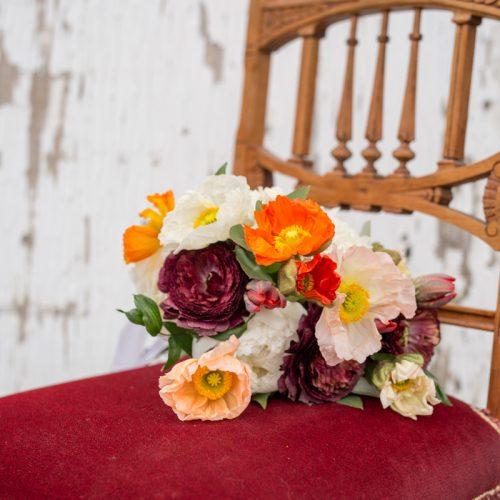 Bouquet de fleurs sur chaise